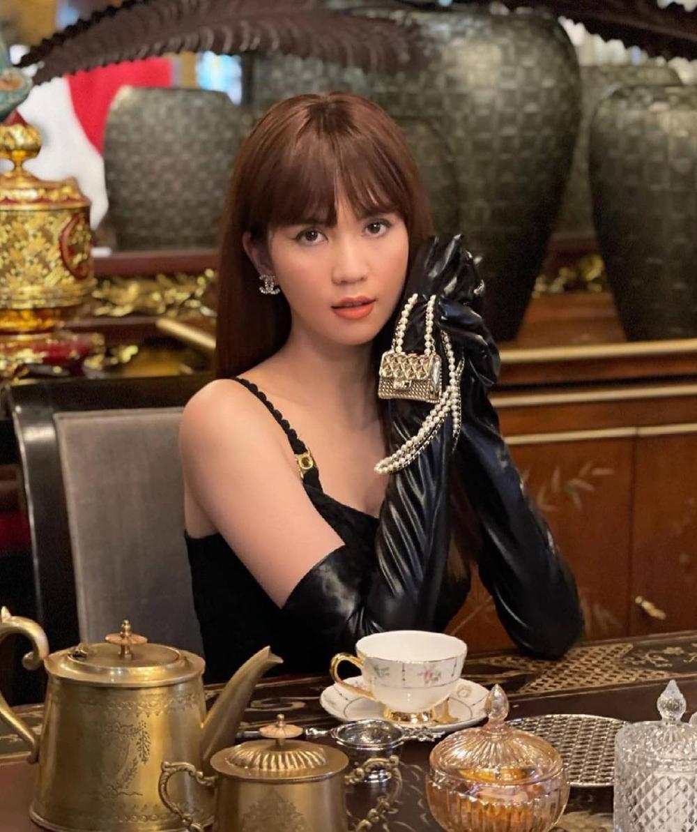 Ngọc Trinh khoe dáng 'nóng hổi' với váy đen huyền bí, loạt phụ kiện bắt mắt mới là đỉnh cao sang chảnh Ảnh 3