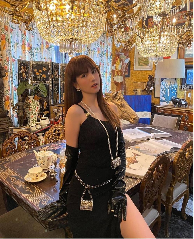 Ngọc Trinh khoe dáng 'nóng hổi' với váy đen huyền bí, loạt phụ kiện bắt mắt mới là đỉnh cao sang chảnh Ảnh 1