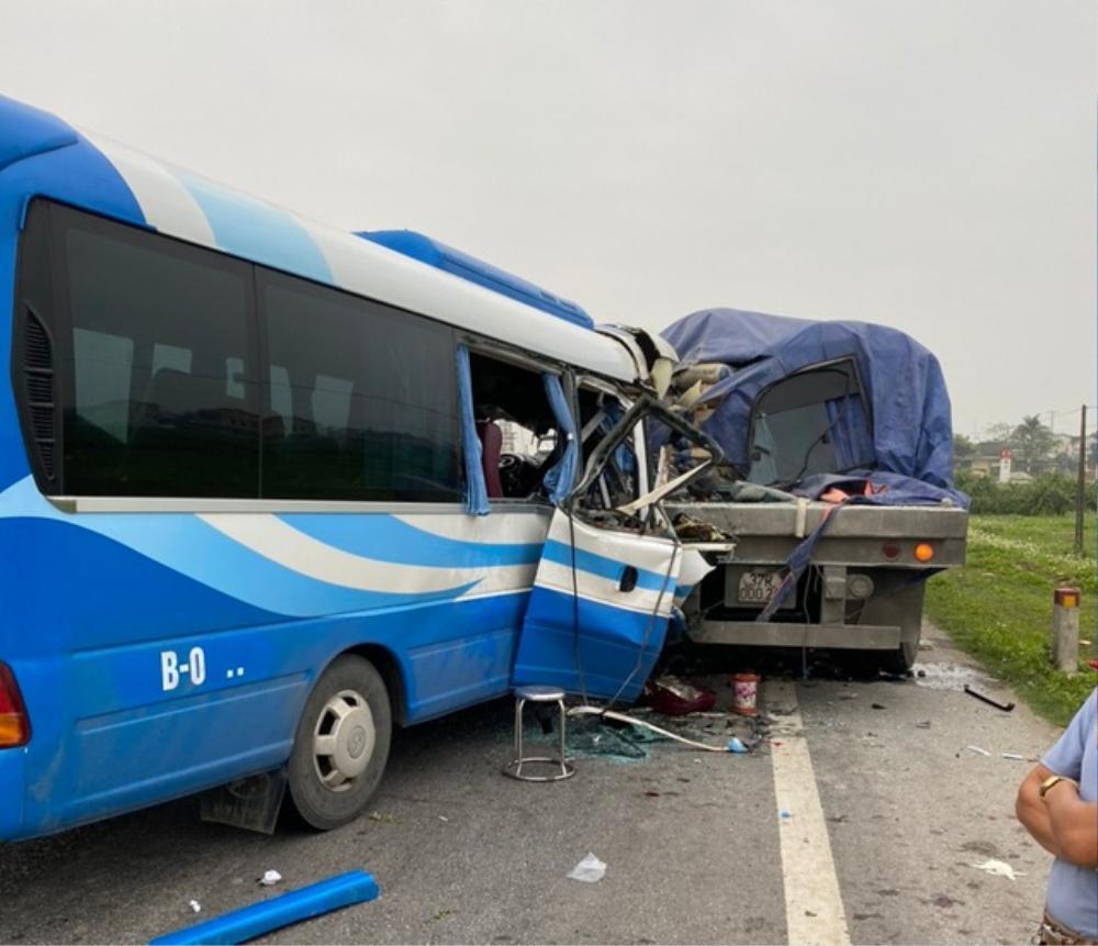 Tạm giữ hình sự lái xe khách đâm vào xe đầu kéo khiến 2 người tử vong, hàng chục người bị thương Ảnh 1