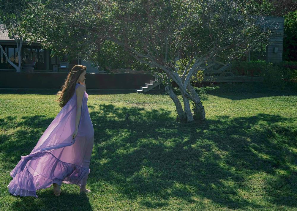Hồ Ngọc Hà mặc váy tím xuyên thấu mờ ảo thả dáng trên đồng cỏ khiến fan mê mẩn Ảnh 3