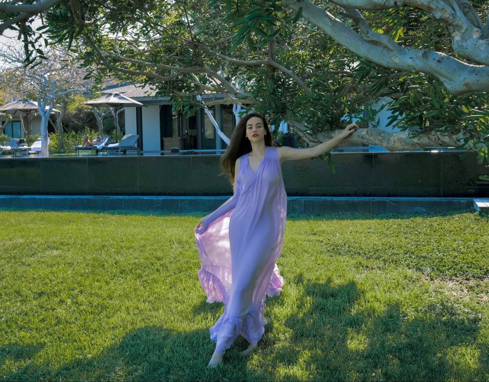 Hồ Ngọc Hà mặc váy tím xuyên thấu mờ ảo thả dáng trên đồng cỏ khiến fan mê mẩn Ảnh 1