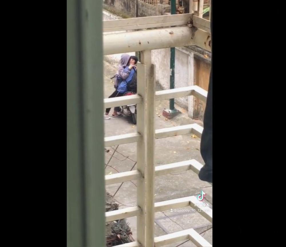Clip: Cặp đôi học sinh mải mê hôn nhau giữa đường khiến nhiều người ngao ngán Ảnh 1