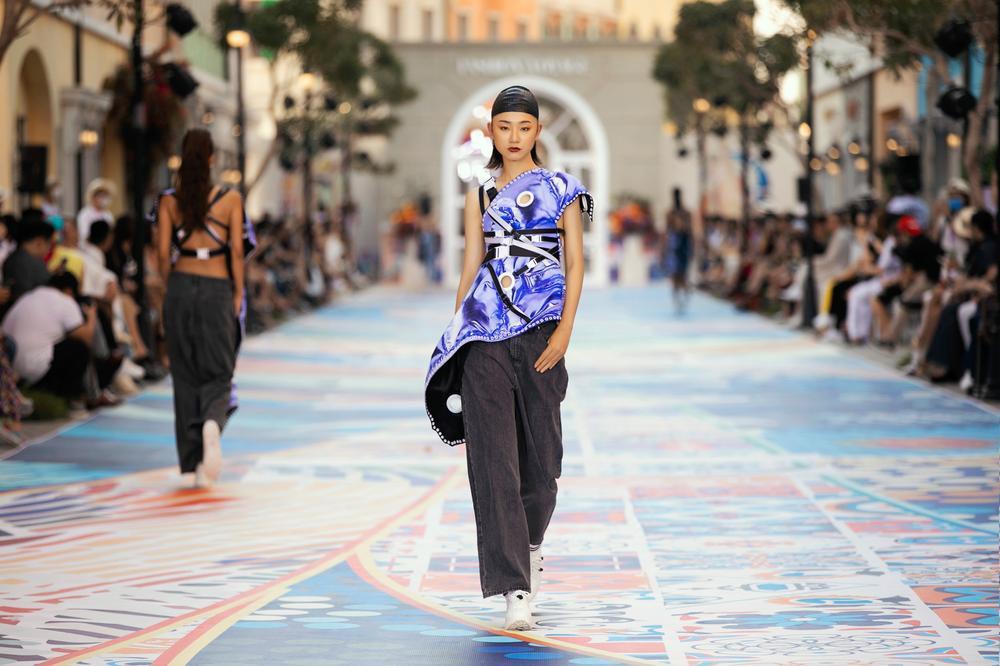 Thanh Hằng, Hoàng Thuỳ cân trọn sàn runway, thần thái đỉnh cao khiến fan choáng ngợp Ảnh 19