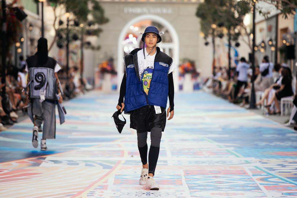 Thanh Hằng, Hoàng Thuỳ cân trọn sàn runway, thần thái đỉnh cao khiến fan choáng ngợp Ảnh 2