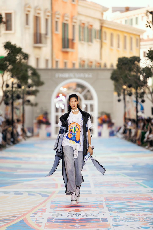 Thanh Hằng, Hoàng Thuỳ cân trọn sàn runway, thần thái đỉnh cao khiến fan choáng ngợp Ảnh 3