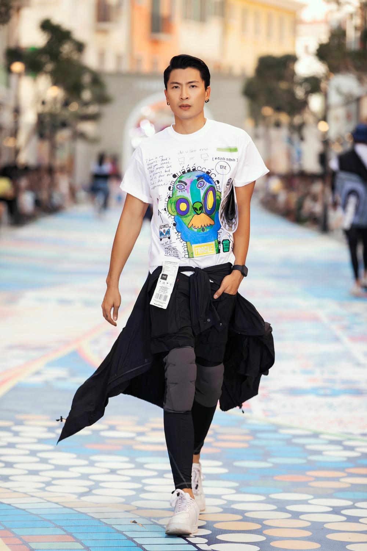 Thanh Hằng, Hoàng Thuỳ cân trọn sàn runway, thần thái đỉnh cao khiến fan choáng ngợp Ảnh 12