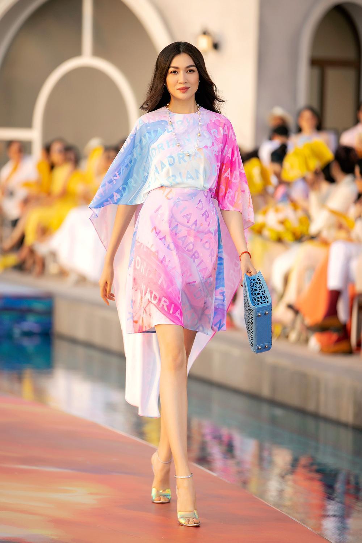 Hoa hậu Đỗ Thị Hà, Á hậu Lệ Hằng, Phương Nga đẹp sắc sảo, như hoa như ngọc trên cùng sàn catwalk Ảnh 4