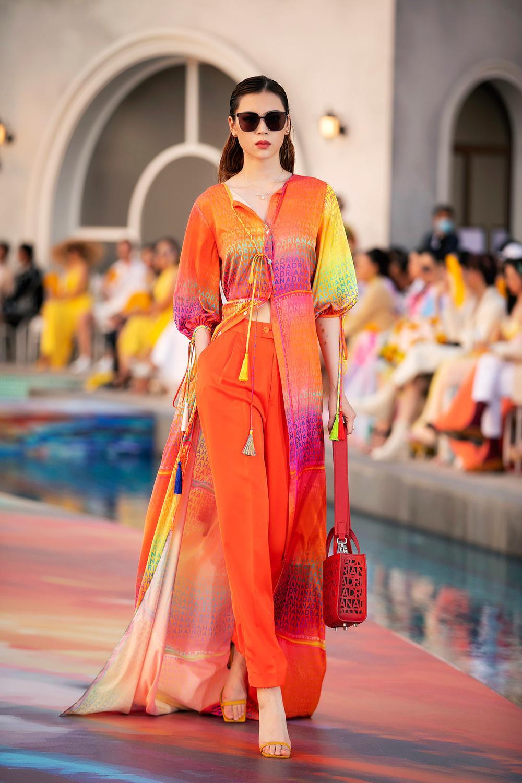 Hoa hậu Đỗ Thị Hà, Á hậu Lệ Hằng, Phương Nga đẹp sắc sảo, như hoa như ngọc trên cùng sàn catwalk Ảnh 17