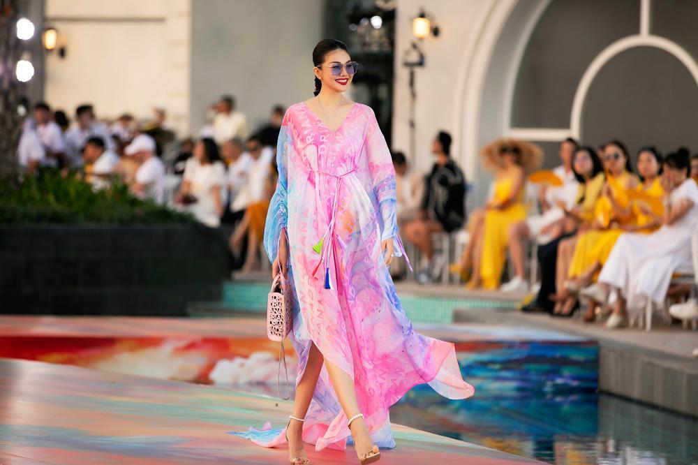 Hoa hậu Đỗ Thị Hà, Á hậu Lệ Hằng, Phương Nga đẹp sắc sảo, như hoa như ngọc trên cùng sàn catwalk Ảnh 19