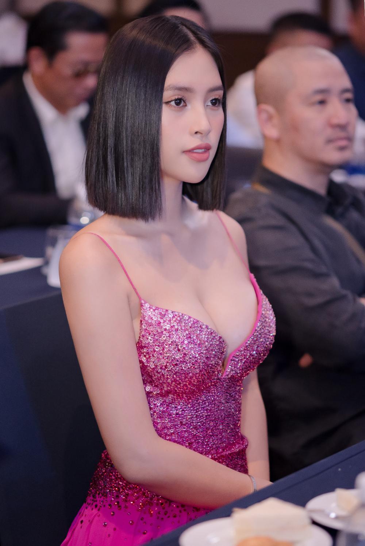 Hoa hậu Tiểu Vy khoe vòng 1 căng tràn trong bộ váy hồng cánh sen xẻ sâu Ảnh 5
