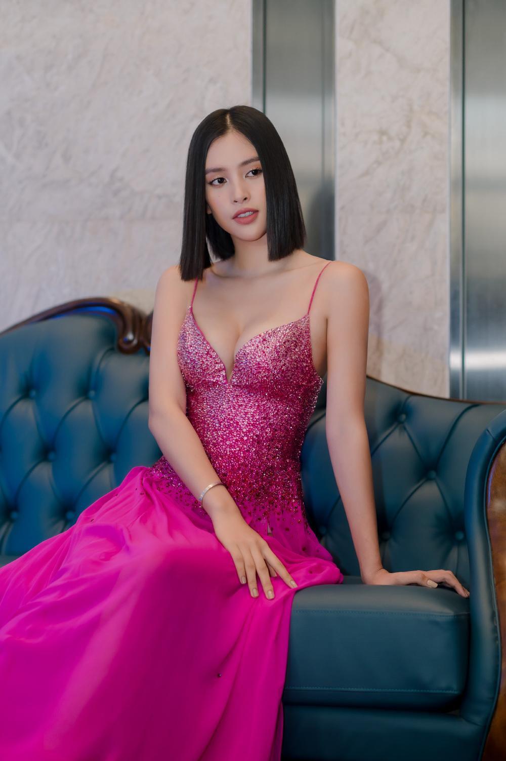 Hoa hậu Tiểu Vy khoe vòng 1 căng tràn trong bộ váy hồng cánh sen xẻ sâu Ảnh 4