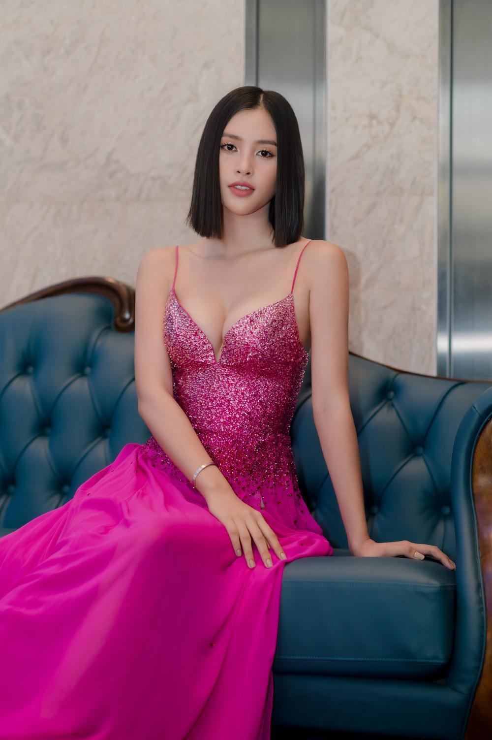 Hoa hậu Tiểu Vy khoe vòng 1 căng tràn trong bộ váy hồng cánh sen xẻ sâu Ảnh 3