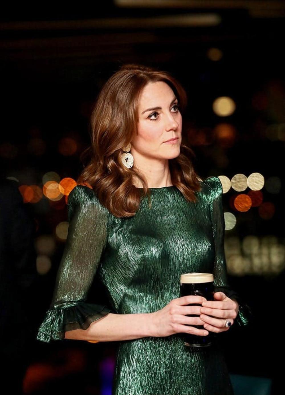 Bí ẩn tủ đồ Hoàng gia: Tại sao Kate Middleton thích mặc màu xanh lá cây? Ảnh 11