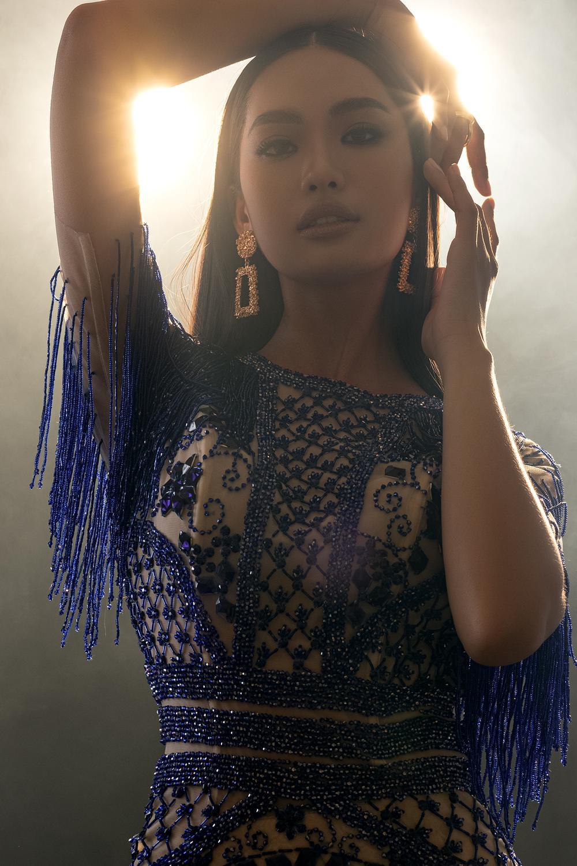 Váy dạ hội tua rua tôn thờ vẻ đẹp kiêu sa lộng lẫy cho nữ hoàng đêm tiệc Ảnh 3