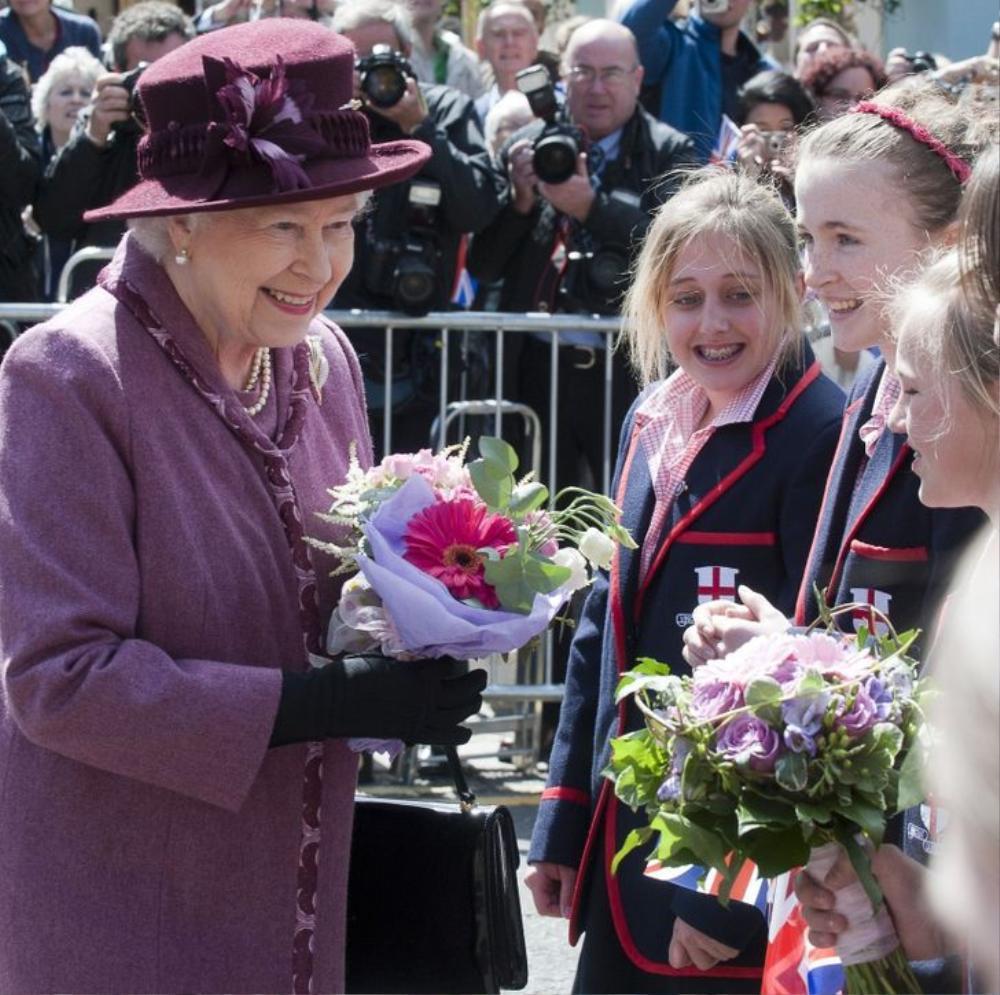 11 lần Nữ hoàng Elizabeth phá vỡ nguyên tắc Hoàng gia Ảnh 9
