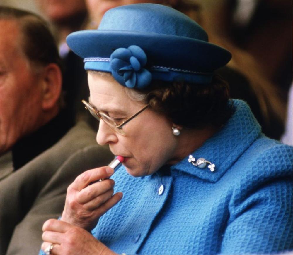11 lần Nữ hoàng Elizabeth phá vỡ nguyên tắc Hoàng gia Ảnh 1