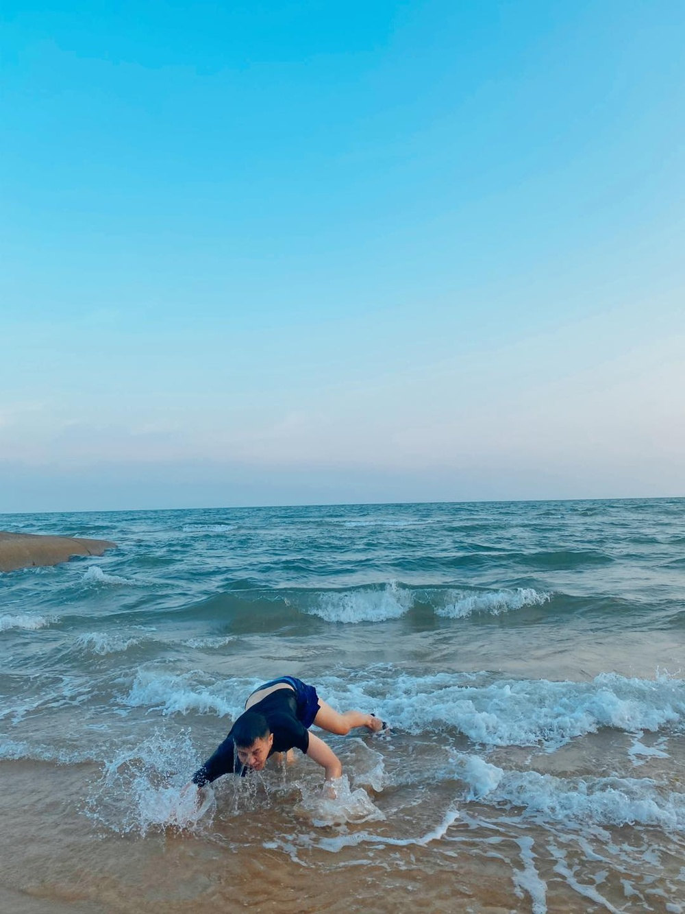 Bắt chước khoảnh khắc soái ca, Duy Khánh bất ngờ cho ra bộ sưu tập ảnh 'đuối nước' Ảnh 5