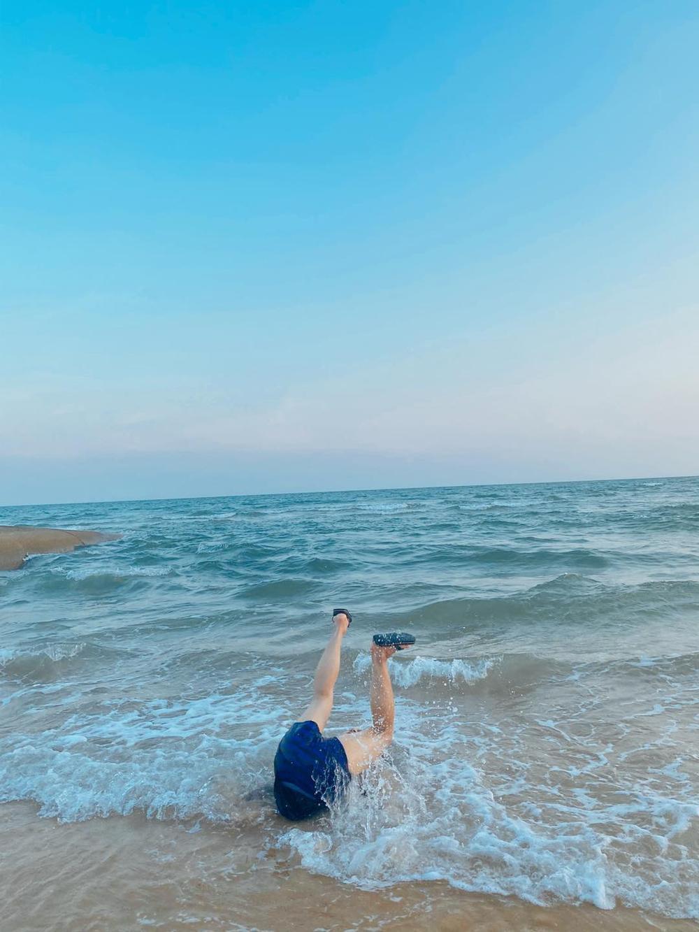 Bắt chước khoảnh khắc soái ca, Duy Khánh bất ngờ cho ra bộ sưu tập ảnh 'đuối nước' Ảnh 4