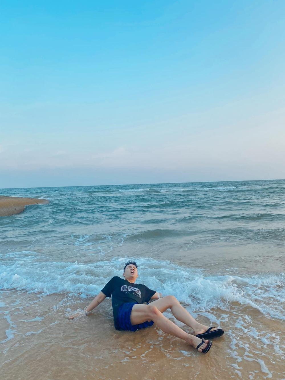 Bắt chước khoảnh khắc soái ca, Duy Khánh bất ngờ cho ra bộ sưu tập ảnh 'đuối nước' Ảnh 3