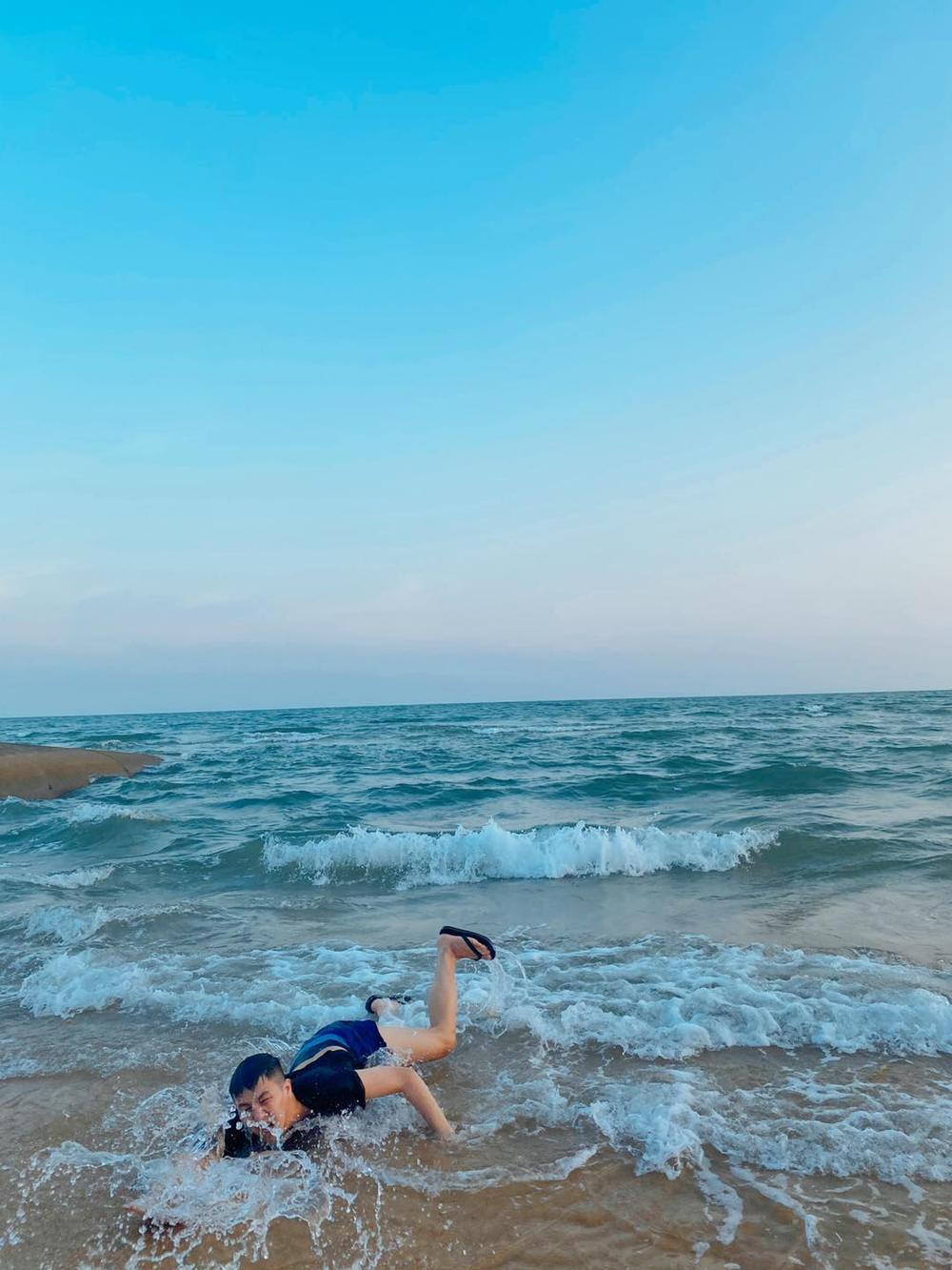 Bắt chước khoảnh khắc soái ca, Duy Khánh bất ngờ cho ra bộ sưu tập ảnh 'đuối nước' Ảnh 6