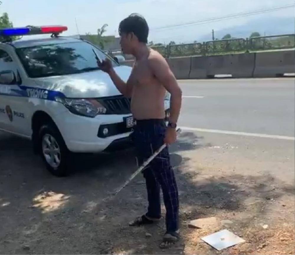 Nam thanh niên cởi áo, chửi bới và đòi tấn công tổ tuần tra CSGT khi bị chặn xe Ảnh 1