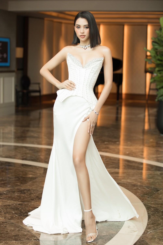 Đọ sắc với đàn chị Đỗ Mỹ Linh - Tiểu Vy, hoa hậu Đỗ Thị Hà bị fan soi 'lên bờ xuống ruộng' Ảnh 6