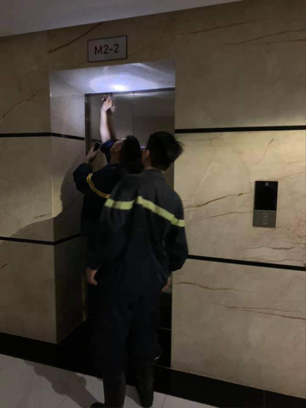 Hai mẹ con bị mắc kẹt trong thang máy chung cư gần 1 giờ vì sự cố báo cháy Ảnh 1