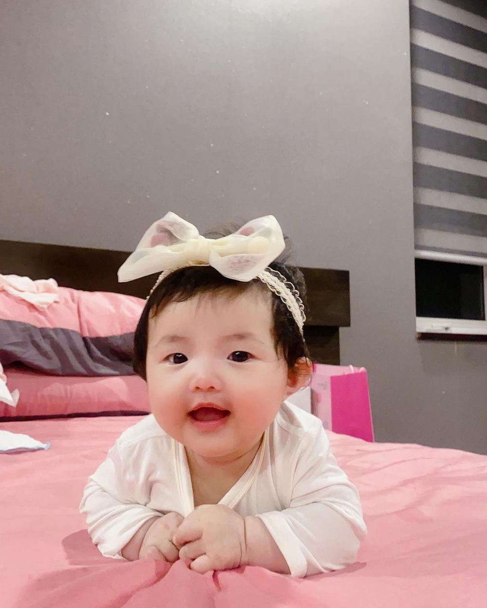 Đông Nhi tiết lộ bé Winnie thay đổi đáng kể chỉ sau 2 tháng, phản ứng cưng xỉu khi nghe mẹ hát Ảnh 1