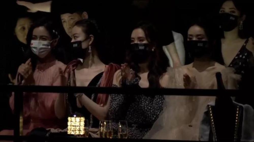 'Vạch trần' độ thân thiết của Triệu Lệ Dĩnh - Angelababy, Cung Tuấn - Chung Sơ Hi tại 'Đêm hội Bazaar' Ảnh 5