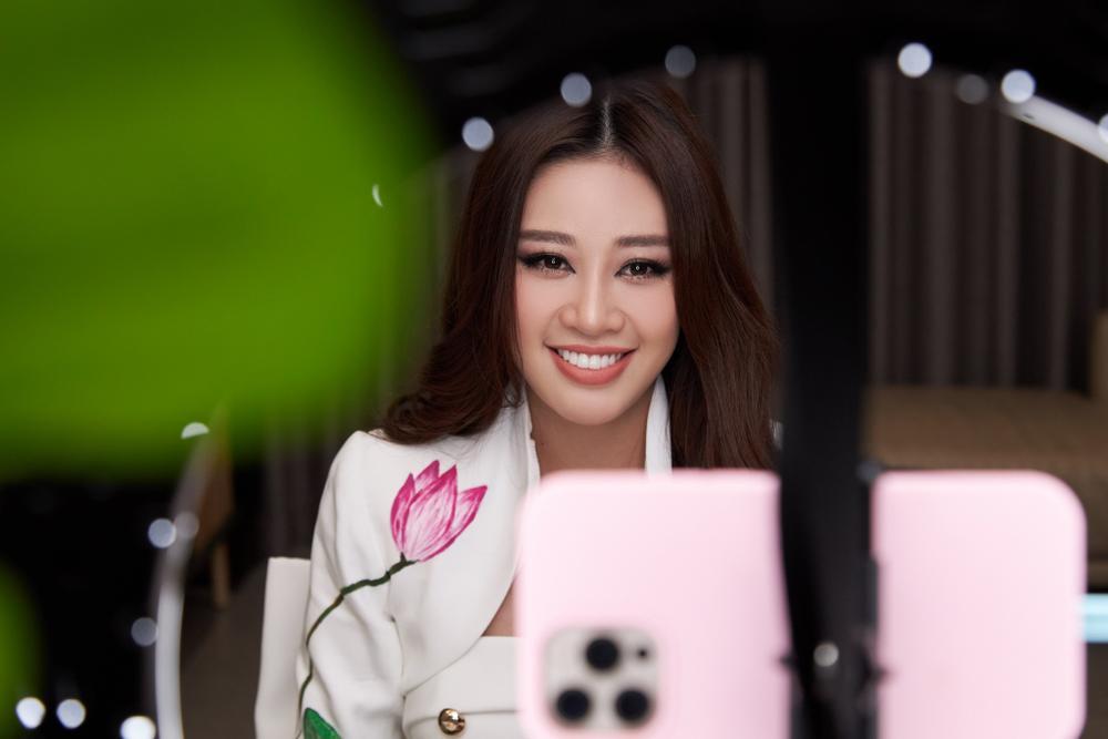 Ý nghĩa bộ vest đặc biệt Hoa hậu Khánh Vân mặc trong buổi phỏng vấn online với tổ chức Miss Universe Ảnh 7