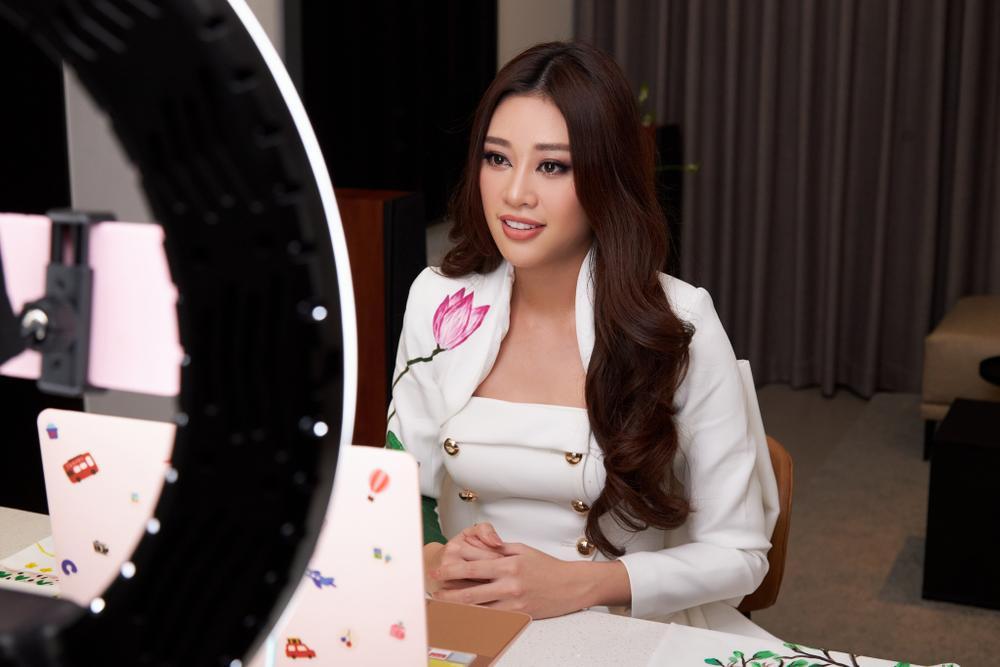 Ý nghĩa bộ vest đặc biệt Hoa hậu Khánh Vân mặc trong buổi phỏng vấn online với tổ chức Miss Universe Ảnh 6
