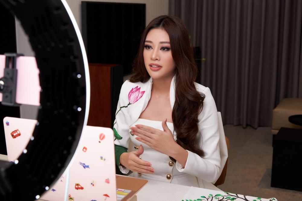 Ý nghĩa bộ vest đặc biệt Hoa hậu Khánh Vân mặc trong buổi phỏng vấn online với tổ chức Miss Universe Ảnh 8