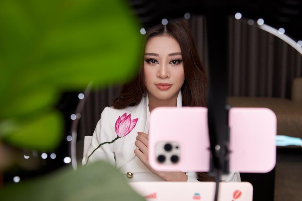 Ý nghĩa bộ vest đặc biệt Hoa hậu Khánh Vân mặc trong buổi phỏng vấn online với tổ chức Miss Universe Ảnh 9