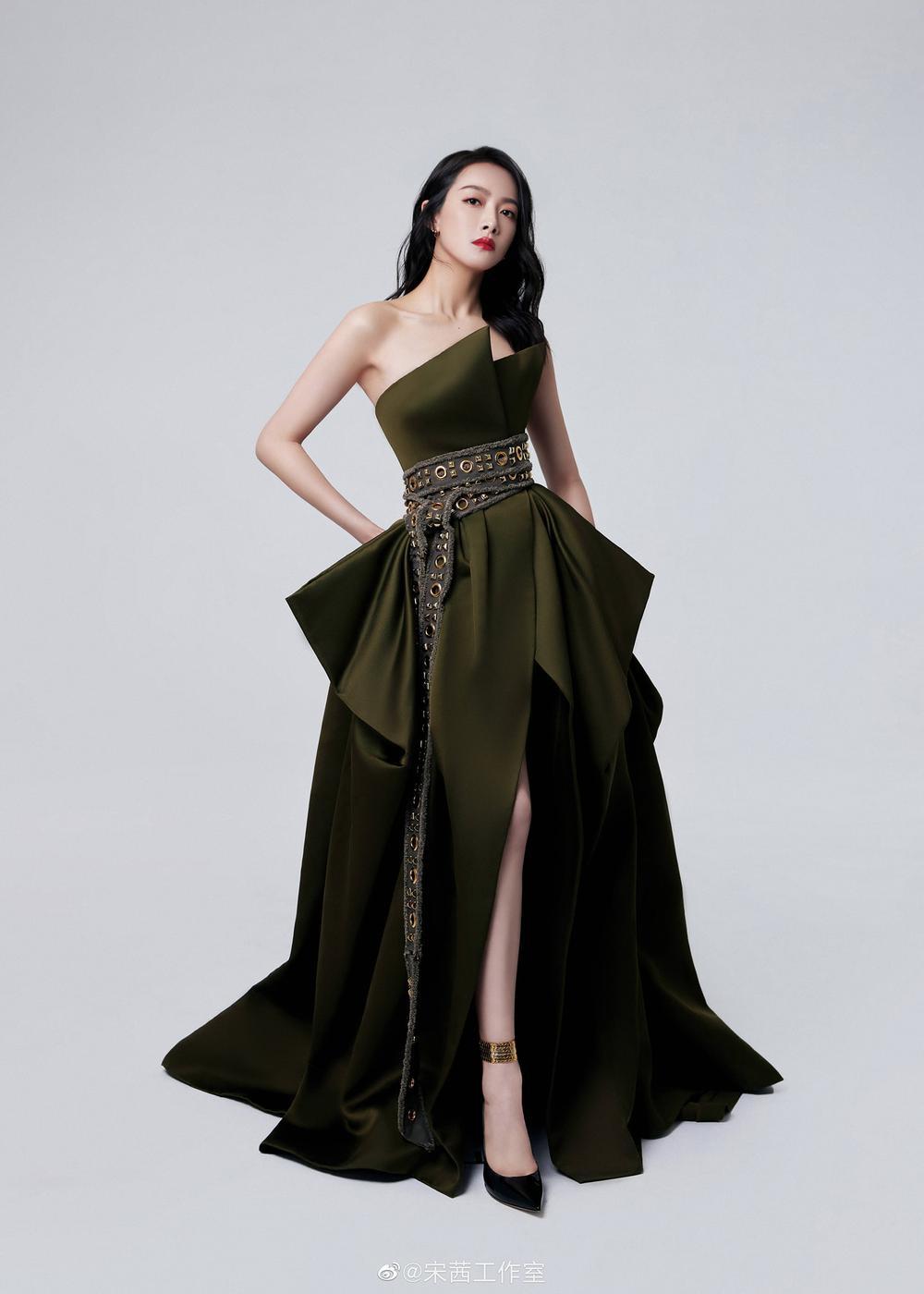 """Dương Tử """"nắm tay"""" Tống Thiến lọt top sao nữ mặc xấu, lùm xùm nhất tại Đêm hội BAZAAR Ảnh 9"""