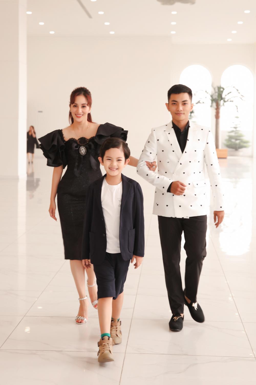 Con trai Khánh Thi - Phan Hiển bảnh bao theo bố mẹ đi sự kiện Ảnh 2