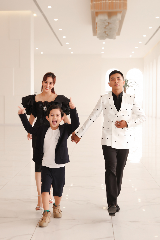 Con trai Khánh Thi - Phan Hiển bảnh bao theo bố mẹ đi sự kiện Ảnh 3