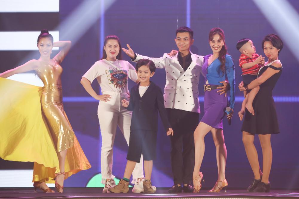 Con trai Khánh Thi - Phan Hiển bảnh bao theo bố mẹ đi sự kiện Ảnh 9