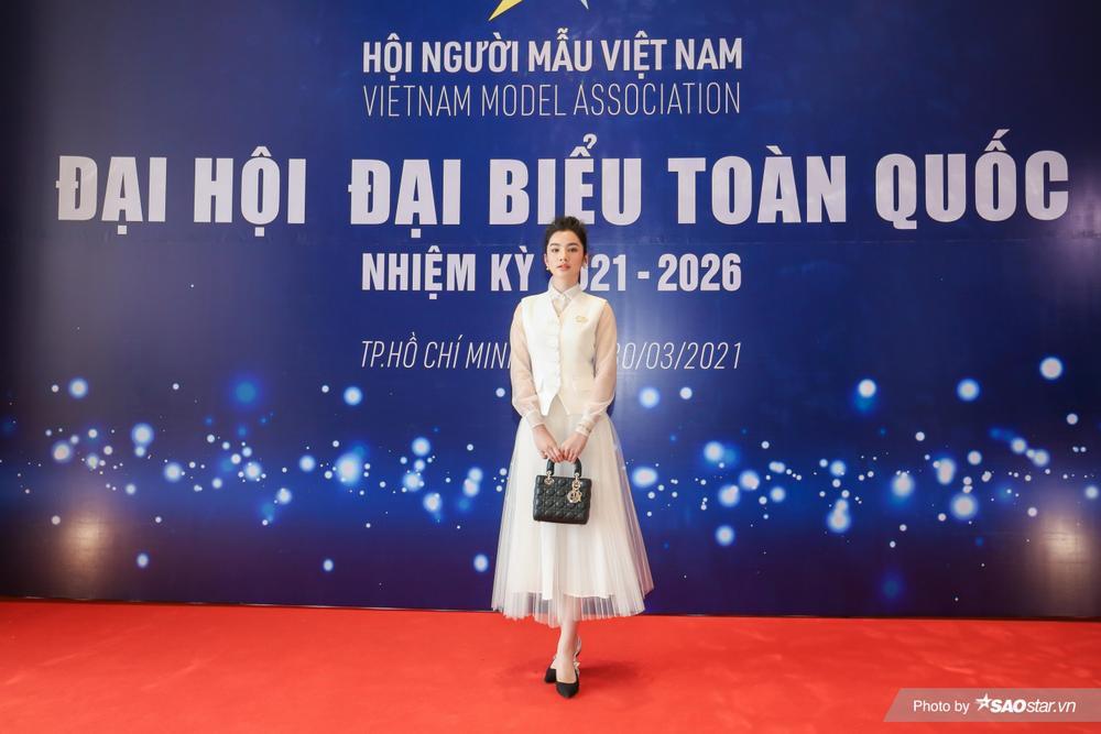 Cẩm Đan đẹp như thiên nha trắng muốt trên thảm đỏ Đại hội đại biểu Hội Người mẫu Việt Nam Ảnh 6