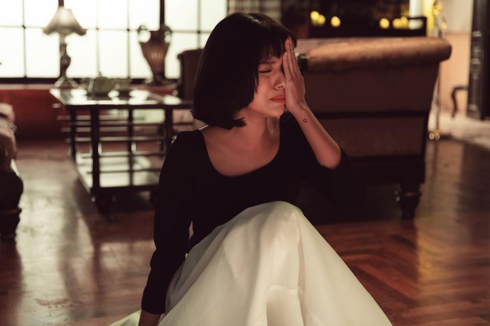Tú Hảo bị Kiều Minh Tuấn tát 'sấp mặt' trong MV mới của Only C Ảnh 12