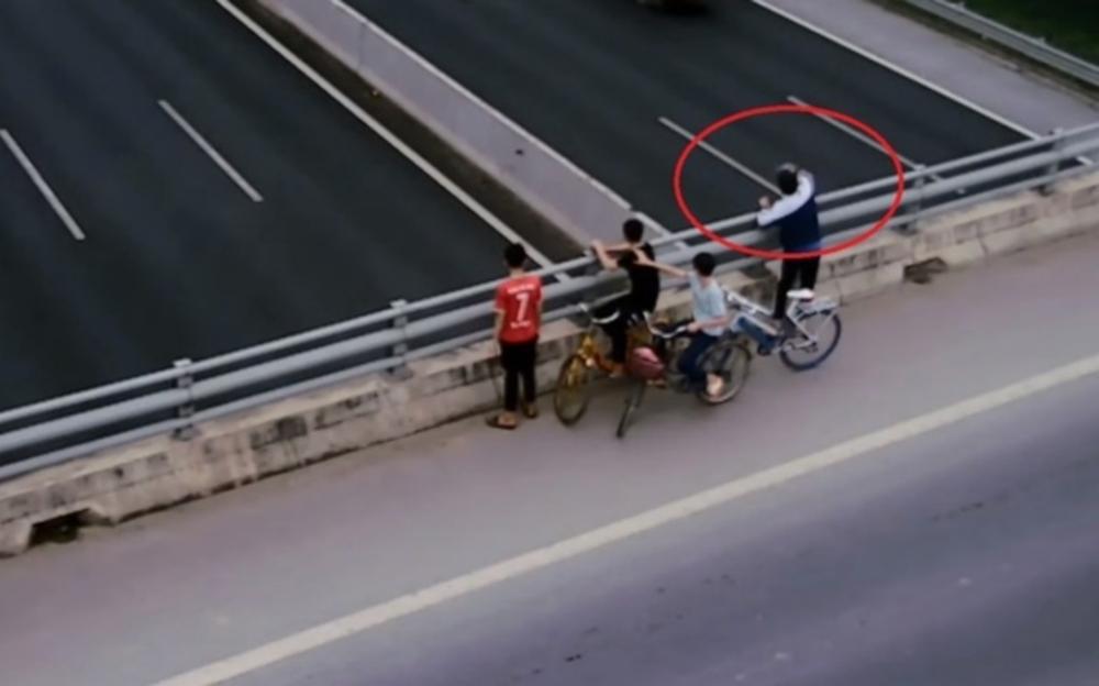 Nhóm học sinh đứng trên cầu ném đá vỡ kính ô tô trên cao tốc Hà Nội - Hải Phòng Ảnh 1