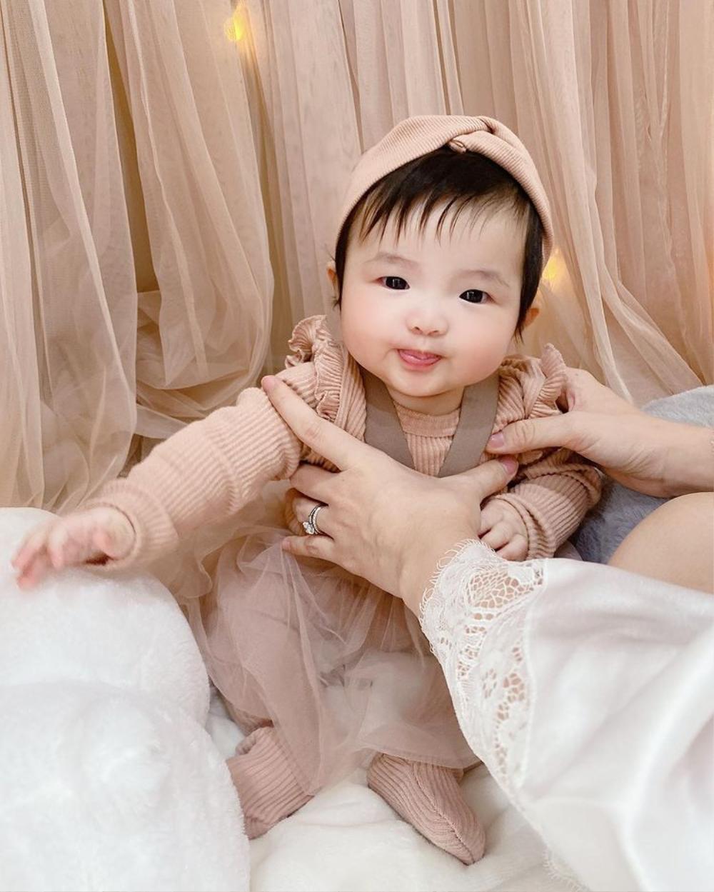 Bé Winnie được mẹ Đông Nhi diện style công chúa, khoe cả 'đường cong' vừa nhìn đã thấy cưng xỉu Ảnh 3