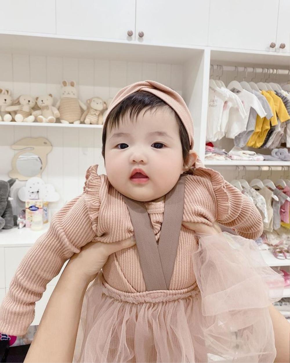 Bé Winnie được mẹ Đông Nhi diện style công chúa, khoe cả 'đường cong' vừa nhìn đã thấy cưng xỉu Ảnh 1