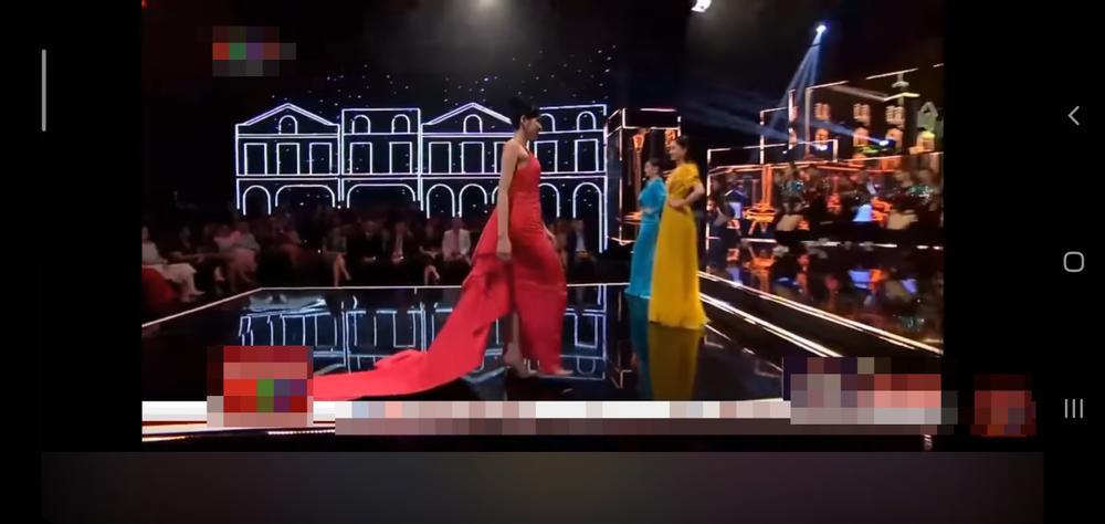 Diễn catwalk cùng Lương Thùy Linh, Đỗ Thị Hà bị chê 'phèn', mặc trang phục như đồ ngủ Ảnh 5