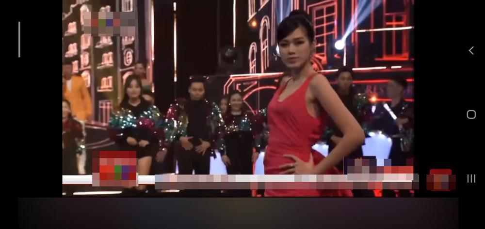 Diễn catwalk cùng Lương Thùy Linh, Đỗ Thị Hà bị chê 'phèn', mặc trang phục như đồ ngủ Ảnh 3