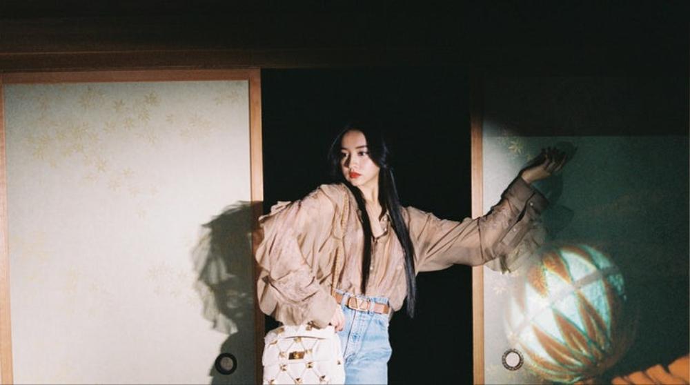 'Nàng thơ Chanel' Nhật Bản bị chỉ trích dữ dội khi dẫm chân lên áo Kimono Ảnh 3