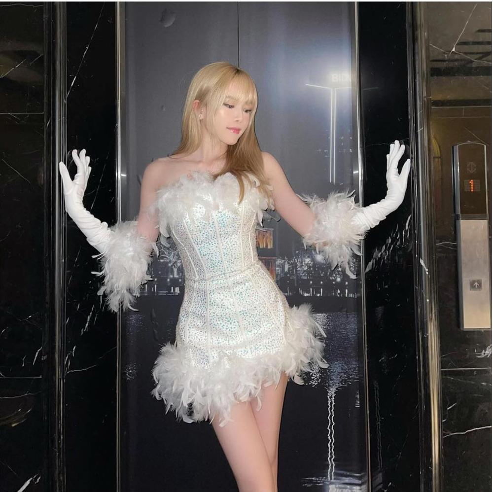 Thiều Bảo Trâm xinh như thiên nga trắng trong dáng váy ôm sát body Ảnh 1