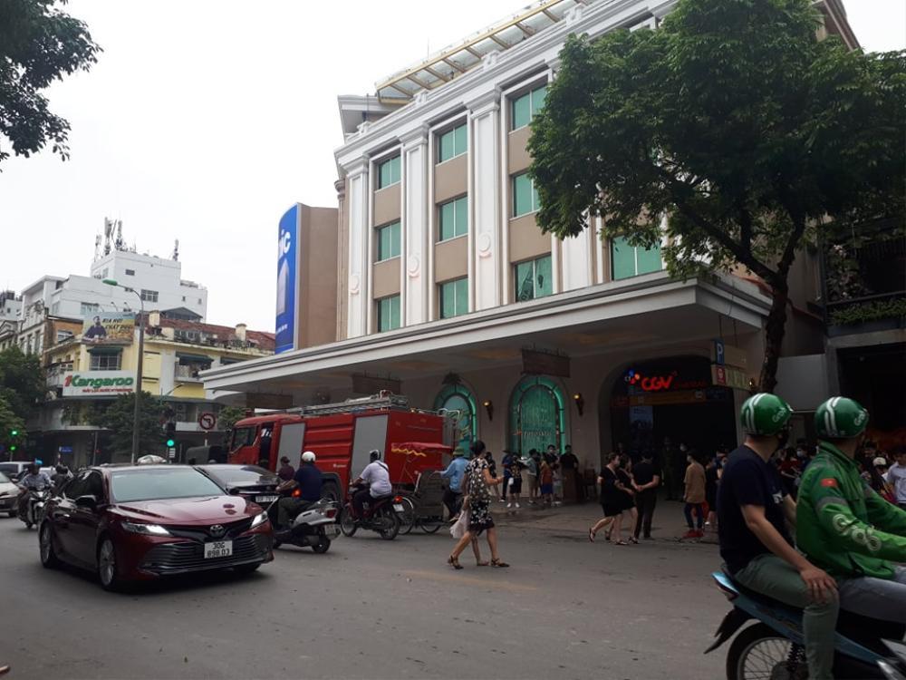 Xe ô tô bốc cháy dưới tầng hầm Tràng Tiền Plaza tại Hà Nội Ảnh 1