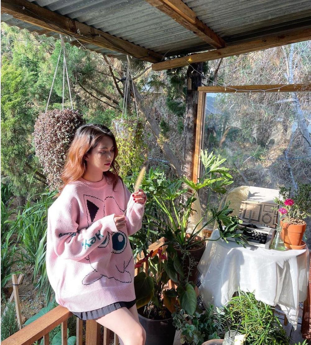 Ngọc Trinh xinh tươi mơn mởn giữa núi rừng mộc mạc, fan tấm tắc trẻ như gái 18 Ảnh 4