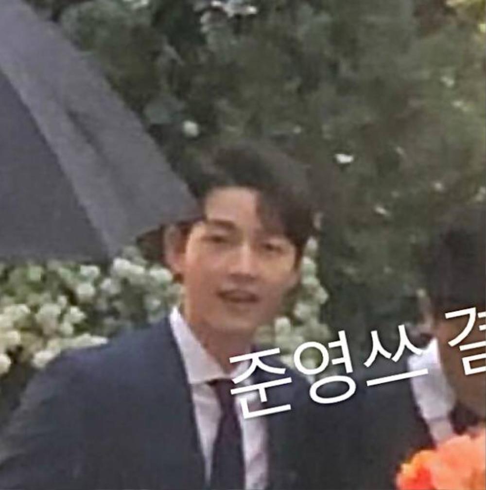 Song Joong Ki - Lee Kwang Soo đội mưa đự đám cưới, địa điểm là nơi kết hôn với Song Hye Kyo! Ảnh 8