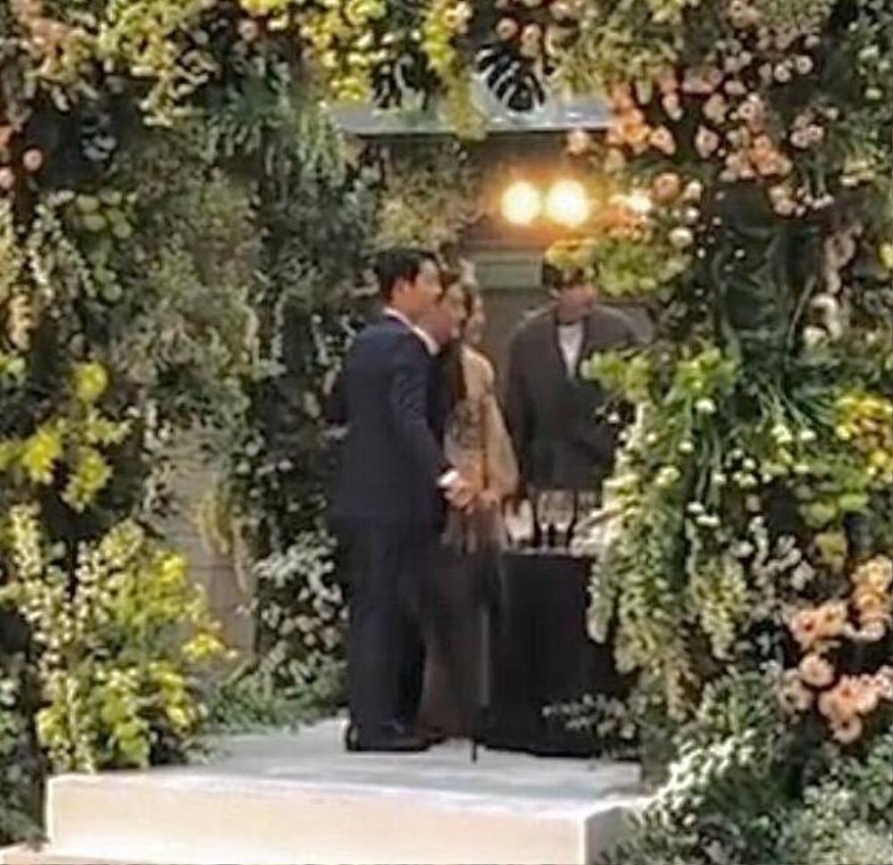 Song Joong Ki - Lee Kwang Soo đội mưa đự đám cưới, địa điểm là nơi kết hôn với Song Hye Kyo! Ảnh 9